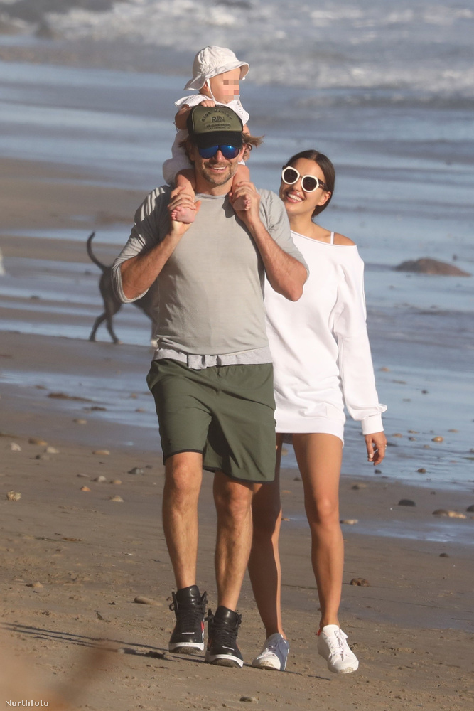Itt például egy malibui strandon láthatjuk őket, Lea de Seine Shayk Cooper kellemesen elnézelődött apja nyakában.