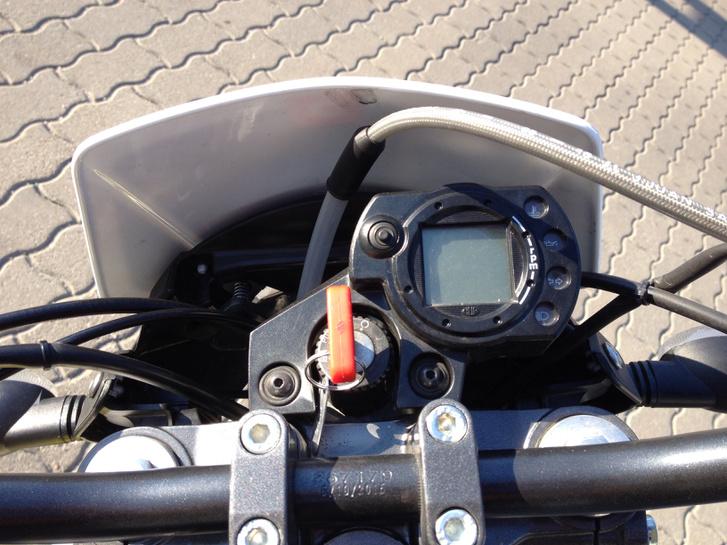 A sebességmérő természetesen digitális, de meglepődtem, hogy üresállásjelző nincs
