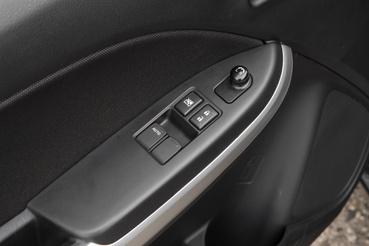 Itt még hátul is kurblis az ablak, de a Suzukit a második legolcsóbb verzióban kaptuk
