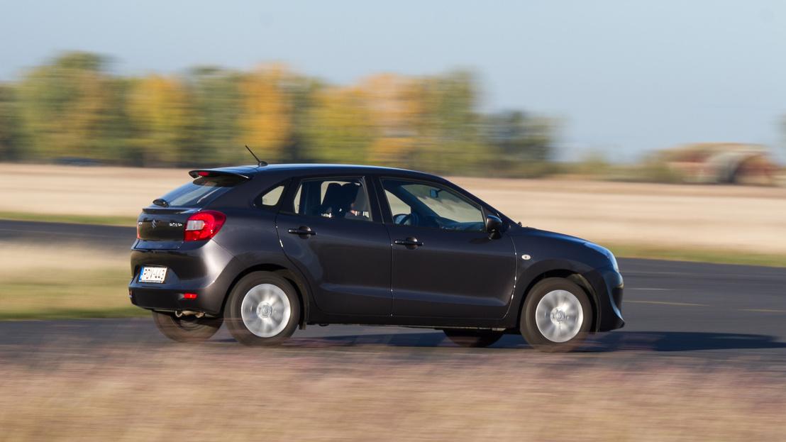 A Suzuki 1,2-es motorja váratlanul jól vonszolja a könnyű kocsit