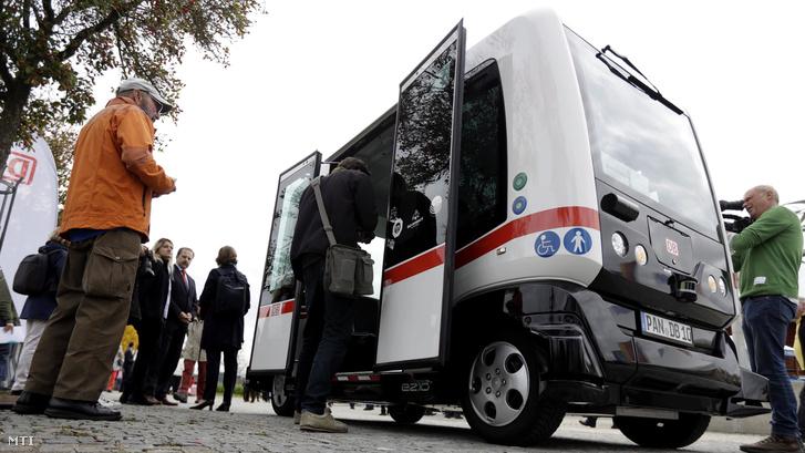 A német közúti közlekedés elsõ vezetõ nélküli autóbuszára szállnak fel utasok Bad Birnbachban