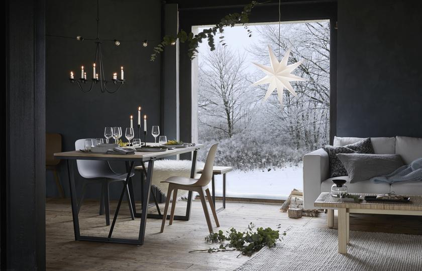 A kollekció darabjait nem csak a karácsonyi időszakra tervezték: a dizájn nem hivalkodó, a színek természetesek.