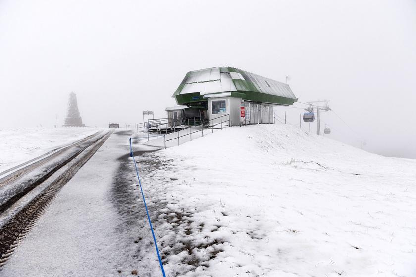 Frissen hullott hó a dél-németországi Fekete-erdő legmagasabb, 1493 méteres hegyén, a Feldbergen 2017. október 23-án.