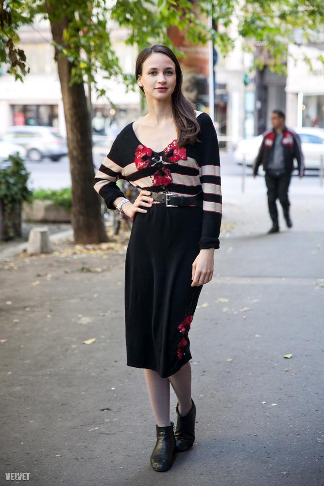 Ő pedig Törőcsik Franciska, az ő öltözéke passzol a leginkább a fekete színnel a Budapest noir címhez