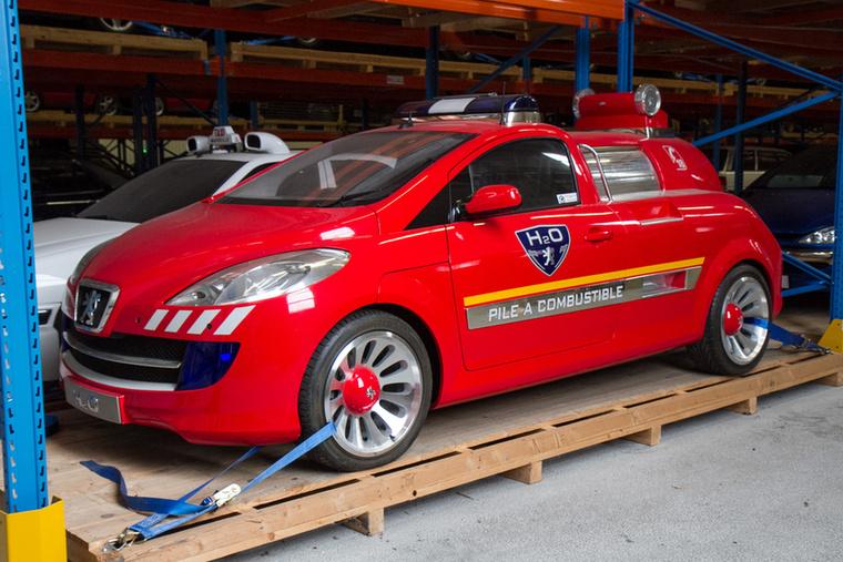 A Peugeot 2002-ben készítette el a H2O tanulmányt, amely egy futurisztikus tűzoltóautó, de nemcsak külseje, hanem technikája is érdekes