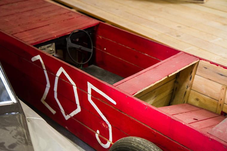 Deszkákból eszkábált kiskocsi, azt mondjuk nem tudom, mi köze van a 205-öshöz, de az oldalán ezt a számot viseli