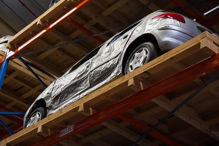 A Peugeot 206-osnak volt egy igen emlékezetes reklámja , amiben egy indiai srác kezdetben drasztikus módszerekkel, majd alapos műgonddal formálja Hindustan Ambassadorát