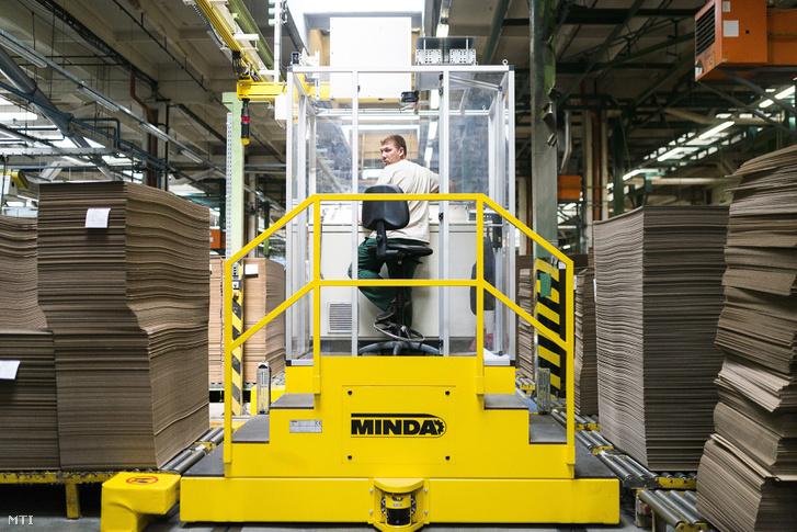 Egy dolgozó a Dunapack Papír és Csomagolóanyag Kft. nyíregyházi gyárában 2014. szeptember 8-án. Az osztrák érdekeltségû cég a hullámpapír-feldolgozó technológia fejlesztésére több mint 17 milliárd forintot költ melyhez 851 millió forint uniós támogatást nyert.
