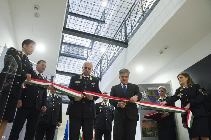 Csóti András vezérőrnagy a büntetés-végrehajtás országos parancsnoka és Tasnádi László a Belügyminisztérium rendészeti államtitkára a nemzetiszínű szalag átvágásával átadja a Budapesti Fegyház és Börtön régóta lezárt most felújított I. szárnyát 2015. március 16-án.