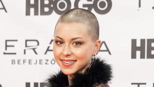 Döbrösi Laura kopaszra nyírt hajjal jelent meg a vörös szőnyegen