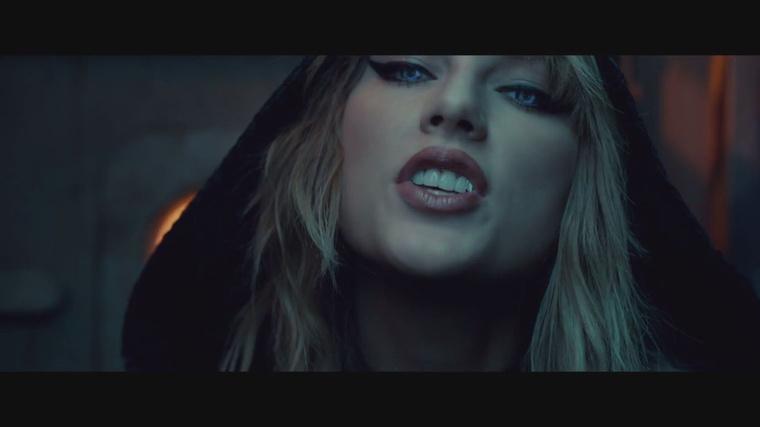 A napokban már írtunk arról, hogy Taylor Swift aligruhában szerepel az új klipjében - szerencsére maga a klip is megérkezett.Ha nincs módjuk a videót most végignézni, vagy nagyjából annyira érdekli önöket is az énekesnő zenéje, mint engem, akkor ez a galéria segíthet: a klip legfontosabb pillanatai szerepelnek benne.