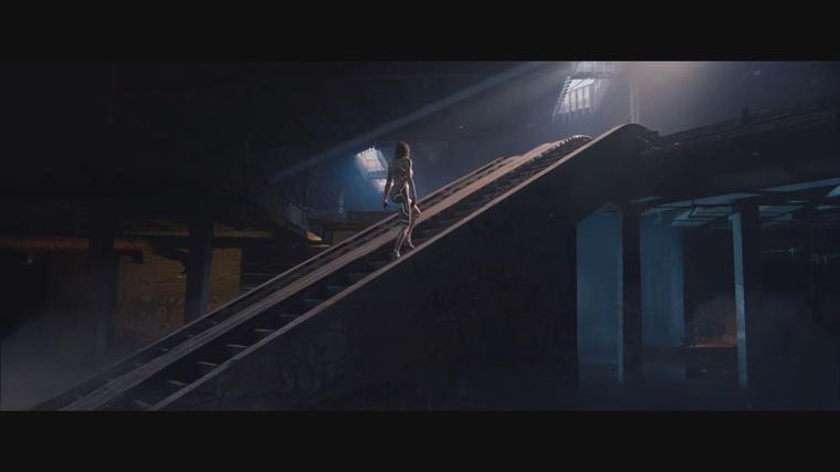a talán részben ugyancsak robot Swift felmegy egy nemmozgólépcsőn.