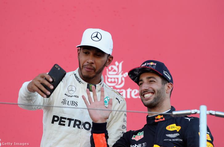 Hamilton és Ricciardo a japán dobogón