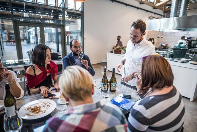 De mindig lesznek beugró vendégeik is: az első vacsorán például a csopaki Szent Donát Pince borait lehetett kóstolni, aminek most debütáltak hipsztercímkés borai, amik a #talajsztori összefoglaló név alatt futnak
