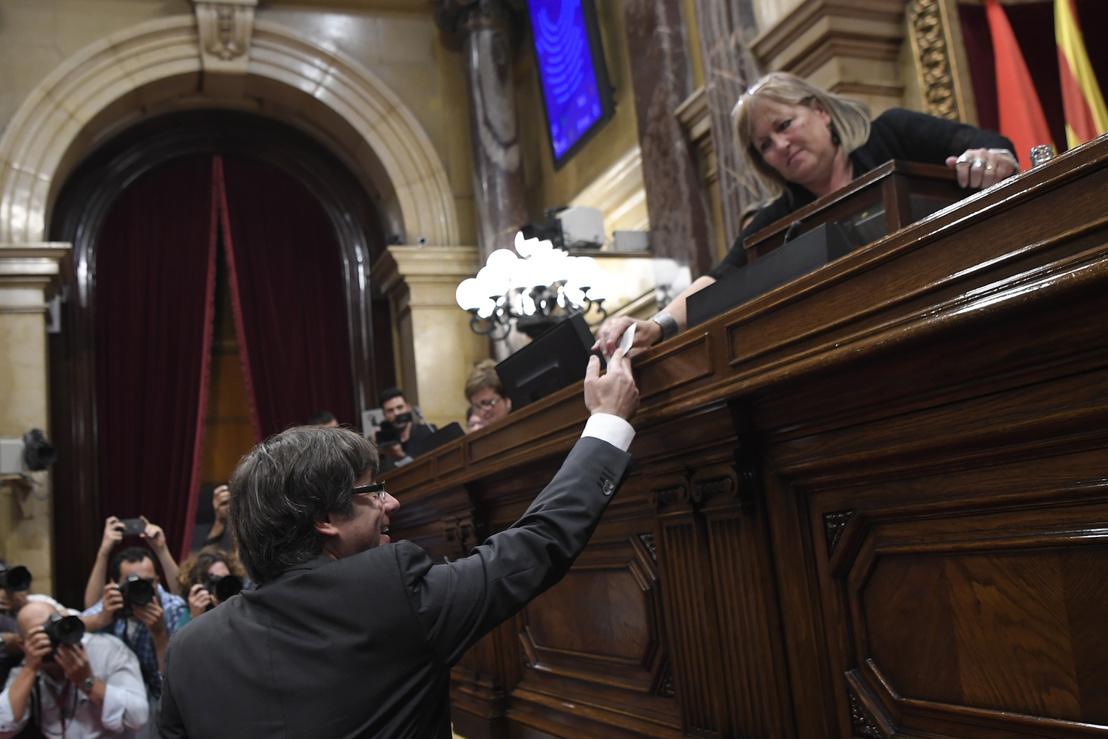 Carles Puigdemont katalán elnök leadja a szavazatát a függetlenség kikiáltásáról szóló szavazáson 2017 október 27-én.