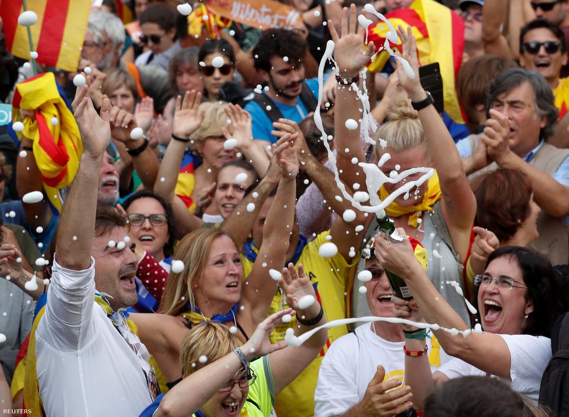 Ünneplés Barcelonában, miután a katalán parlament döntött a függetlenség kikiáltásáról