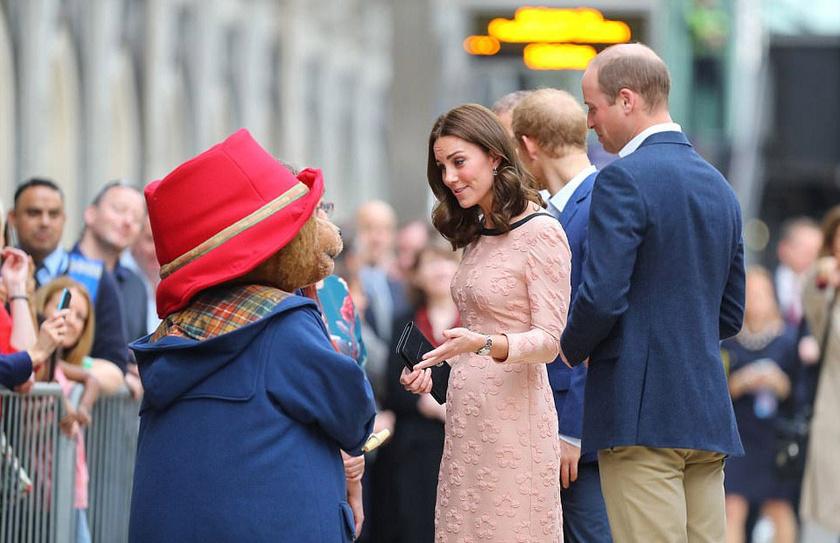 Katalin hercegné találkozott a brit gyerekek kedvencével, Paddington mackóval is. A maci nemcsak kézcsókkal üdvözölte, de még táncolni is felkérte a babapocakos hercegnét.
