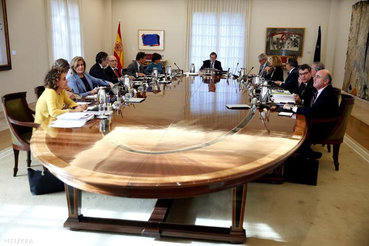 A spanyol kormány által közreadott képen Mariano Rajoy spanyol miniszterelnök (k) rendkívüli ülést tart a kabinet tagjaival a madridi kormányfõi rezidencián a Moncloa-palotában 2017. október 27-én miután a katalán parlament függetlenségi pártjai megszavazták a független Katalán Köztársaság létrehozását célzó javaslatot