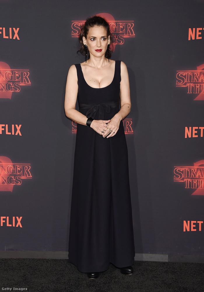 Végezetül vessenek egy pillantást Winona Ryderre is, akinek őszintén drukkolunk, hogy könnyebb élete legyen az új évadban.