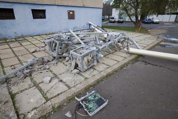 A szélvihar miatt leesett mobiltelefon-átjátszó állomás egy tízemeletes épület előtt Siófokon
