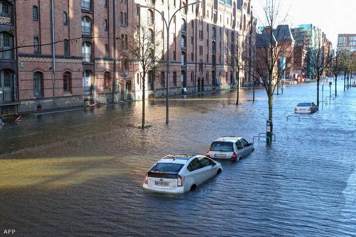 Hamburgban az utcákat néhány órára elöntötte a víz, amit a nagy szél miatt keletkezett vihardagály okozott. A tenger vizét a szél az Elba folyó torkolatába terelte, így a kikötő és a belváros alacsonyabban fekvő részeit elöntötte a víz.