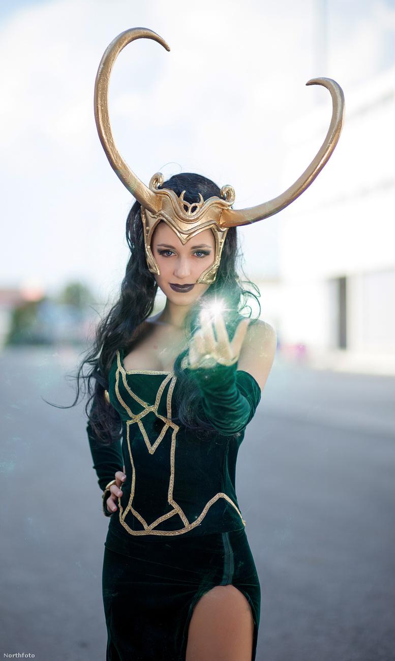 Itt Loki női változatának, Lady Lokinak öltözött be