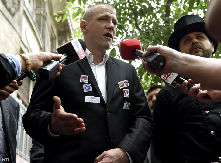 Vámos Csaba a Kéményseprők Országos Szakszervezetének elnöke beszél a Belügyminisztérium előtt tartott sajtótájékoztatón 2016. június 13-án, amikor a kéményseprők az Alkotmánybírósághoz fordultak az évente végzett kéményellenőrzések két évre ritkítása miatt.