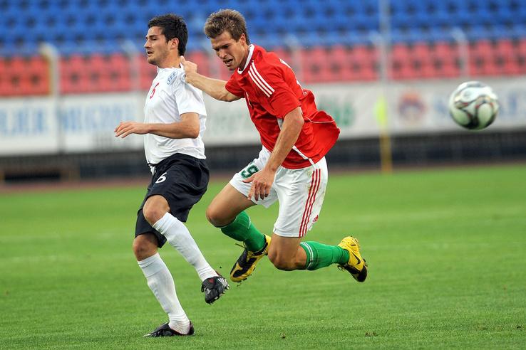 Székesfehérvár 2009. szeptember 15.                         Tom Cadmore (b) az angol és Futács Márkó a magyar U20-as labdarúgó-válogatott játékosa küzd a labdáért a Magyarország-Anglia U20-as felkészülési mérkõzésen a székesfehérvári Sóstói Stadionban.