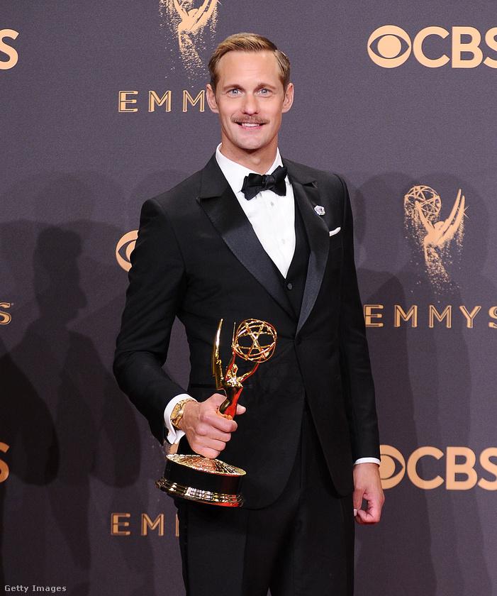 Ő ugye Alexander Skarsgård 41 éves svéd színész, aki a True Blooddal lett híres, szerepelt a Tarzanban is, és most a Hatalmas kis hazugságokban szerepelt Nicole Kidman erőszakos férjeként