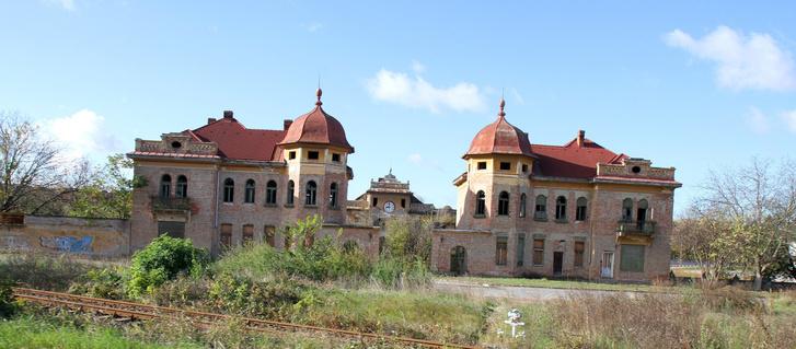 Minden nagyobb családra jut egy ilyen félkész/félig lebontott kastély