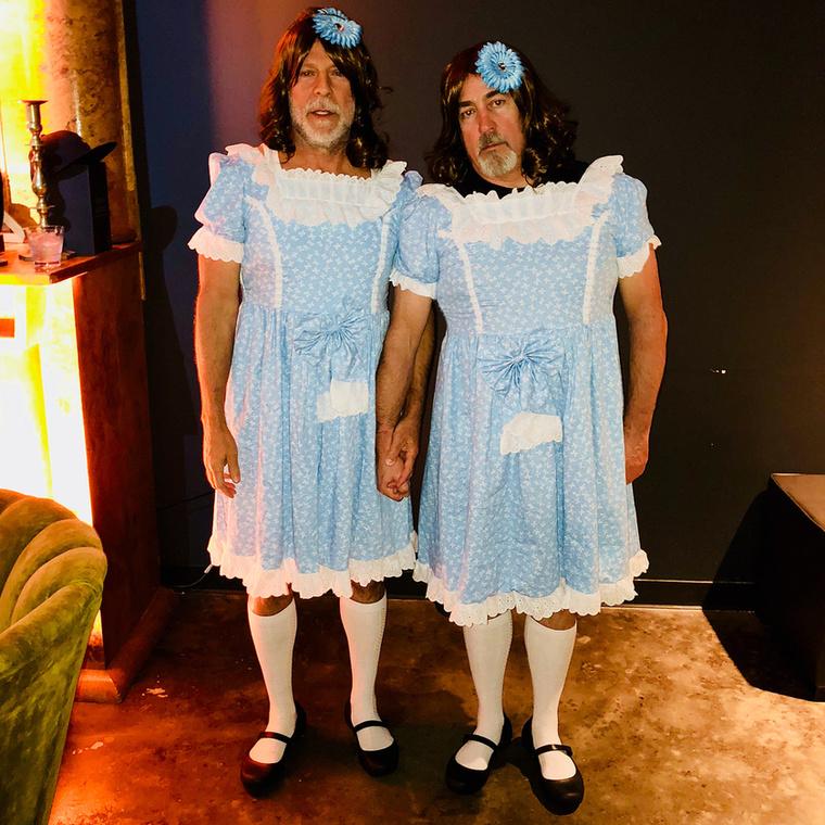 Képzeletbeli dobogónk második helyén Bruce Willis és jóbarátja ijesztgetnek a Ragyogás ikerlányainak öltözve.