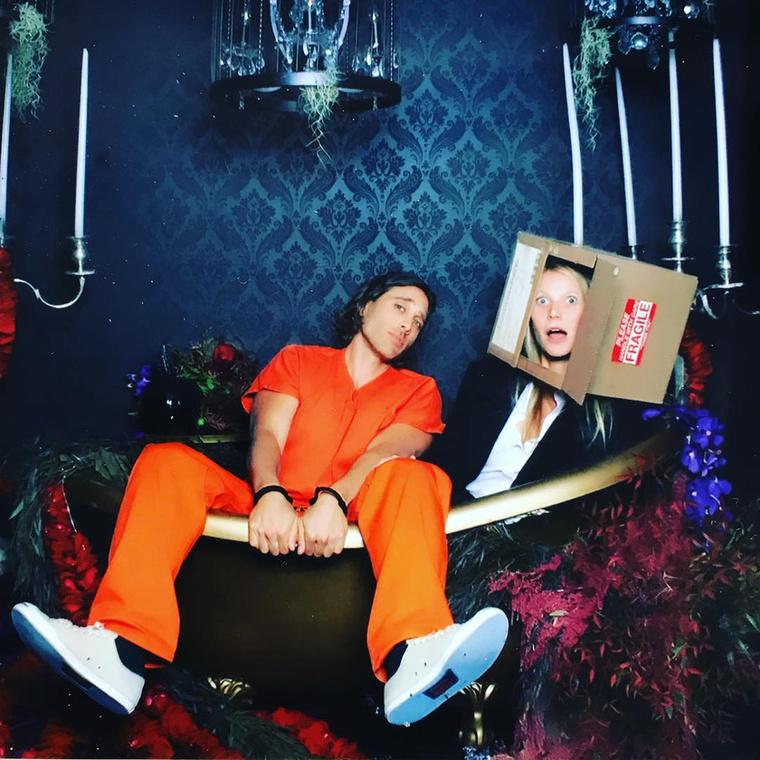 Egyes számú kedvencünk eddig Gwyneth Paltrow, aki a Hetedik című film spoilerének öltözött azzal, hogy egy dobozba tette a saját fejét.Mellette sorozatkreátor pasija, Brad Falchuk látható.