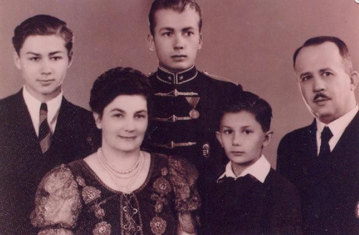 Gérecz Attila gyerekkorában, szüleivel és testvéreivel (balról Ödön, majd Árpád)