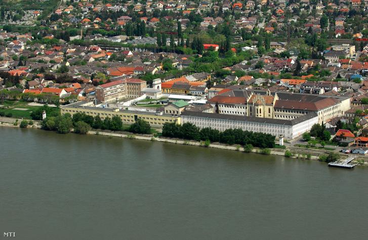 A Váci Fegyház és Börtön büntetés-végrehajtási intézet a Duna-parton.