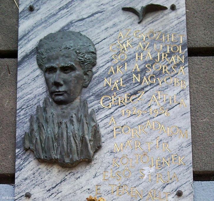 Emléktáblája a Klauzál tér 9. sz. házon
