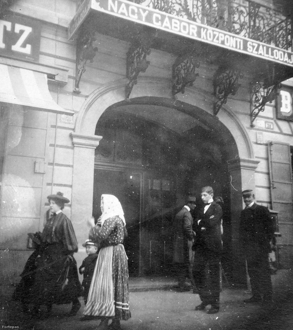 A mai Melody Hotelt akkoriban Nagy Gábor Központi Szállodájának hívták, a főpincérből lett népszerű vendéglátó és zenerajongó tulajdonos nyomán. Ugyanitt készült a két fekete ruhás hölgy fotója is. Ezt a képet nem is a járókelők mozgása teszi dinamikussá, hanem a különféle emberekből összeálló társadalmi kollázs: a szállodai portás és a csomag-cipelő fiú, a kisgyerekkel siető hölgy és a parasztasszony.