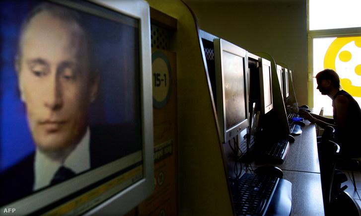 Vlagyimir Putyin egy monitoron egy orosz internetkávézóban.