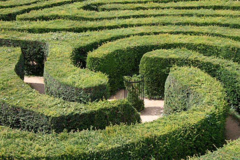 Labirintussal álmodni kétfélét is jelenthet. Ha nem tudod, merre menj, azt jelenti, nehezen igazodsz ki a párod viselkedésében. Ha viszont tudod, merre menj, akkor mindent tisztán látsz a kapcsolatban.