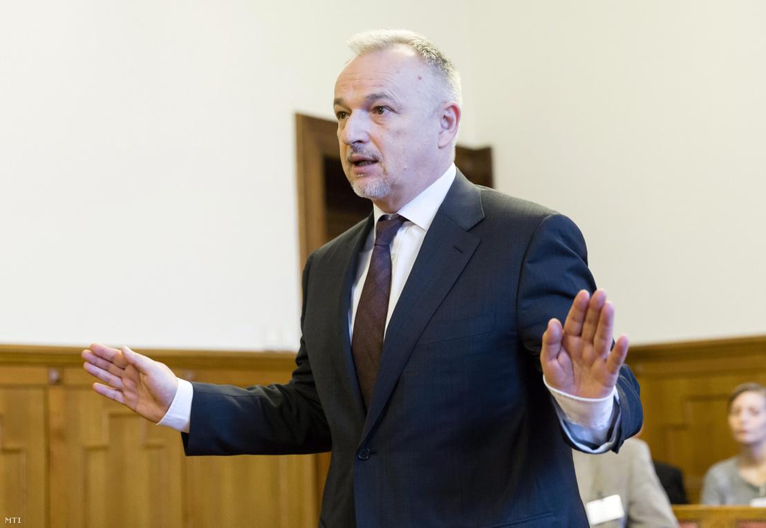 Hernádi Zsolt a Mol Nyrt. elnök-vezérigazgatója az ellene vesztegetés bűntette és más bűncselekmények miatt indult per másodfokú tárgyalásán a Fővárosi Ítélőtáblán 2014. december 3-án. Az első fokon eljáró Fõvárosi Törvényszék május 26-án felmentette Hernádi Zsoltot.
