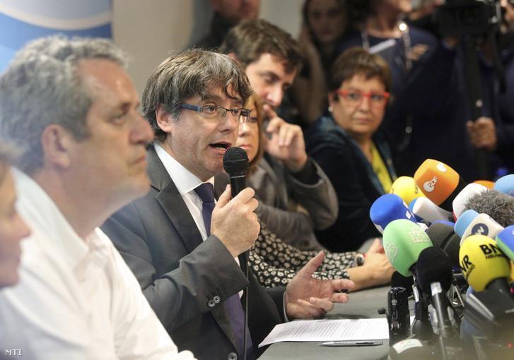 Carles Puigdemont leváltott katalán elnök (k)sajtótájékoztatót tart Brüsszelben 2017. október 31-én.