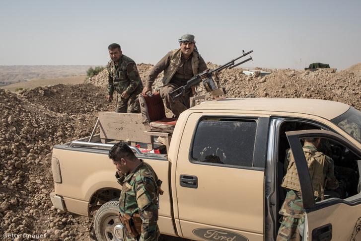 Harcoló kurd alakulat Kirkuk közelében (október 23.)