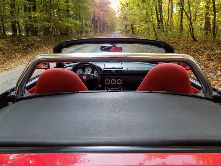 Az utólagos TTE bukócsõ nélkül jobban nézne ki a kocsi, de mivel védelmezi fejünket, és plusz merevséget is ad a kasztninak, marad szépen a helyén