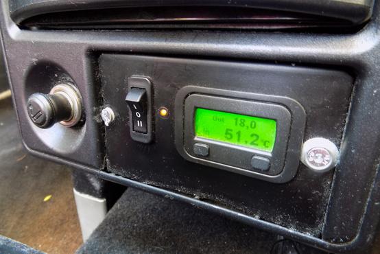 Az utólagos kütyü, amin látszik a külsõ hõmérséklet, és a motortéré is. A kapcsolóval a ventilátort aktiválhatjuk