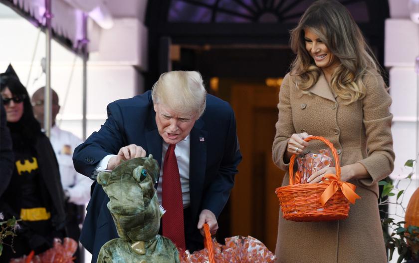 Trump éppen egy kisfiú dinoszaurusz-jelmezét dicséri - azért látszik, hogy ő is édesapa.