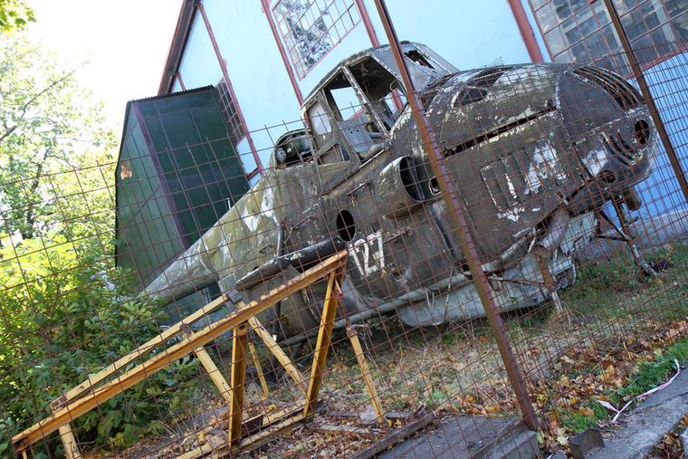 A pusztulás mindig szomorú dolog: kerítés mögött, árván áll egy Mil Mi-4-es