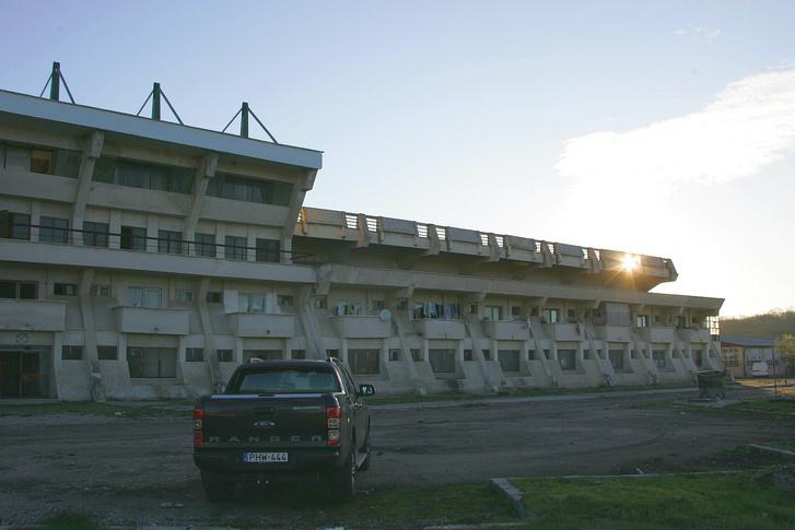 Az egykor NB1-es FC Olt pályája mellett, a Stadionul Viitorulnál ért minket a hajnal