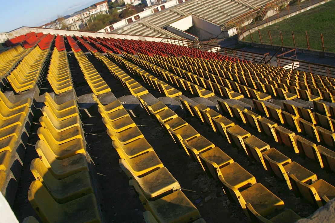 15 ezer fős stadion az akkoriban ötezres városnak: szükség nem volt rá, de Ceausescu villantani akart. És mi lett volna, ha esetleg érdekli is a foci?