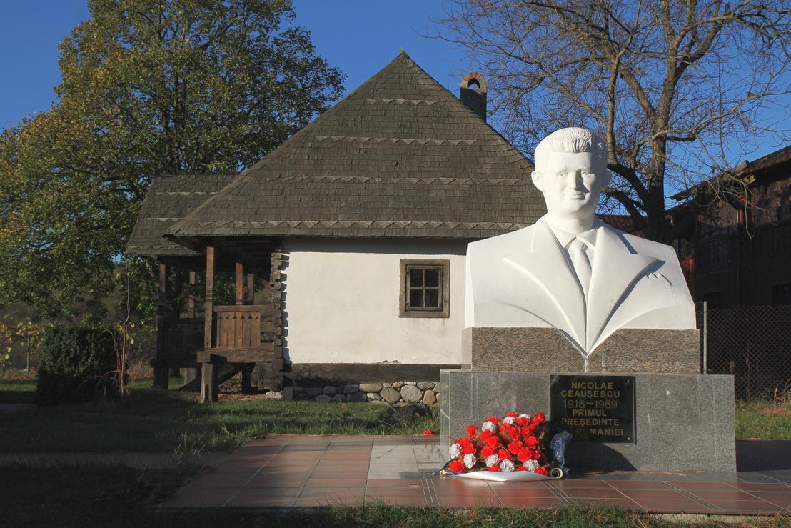 Ceausescu szülőháza a diktátor szobrával
