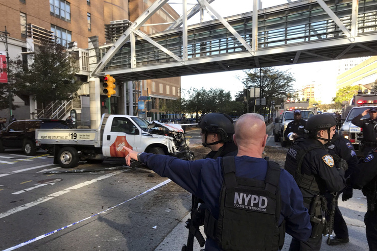 A helyszínen egy összetört fehér autót is lehetett látni, melynek vezetője biciklisták és gyalogosok közé hajtott.