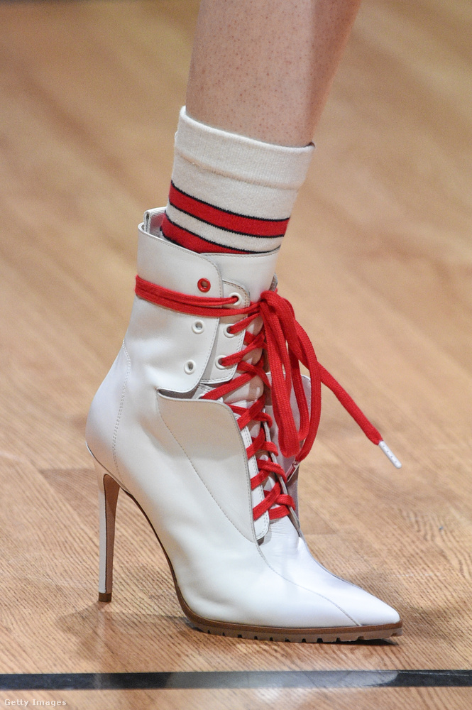 Fehér tűsarkú bokacsizma piros cipőfűzővel a Monse-tól.